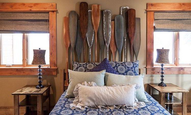 Cabeceira de madeira criativa com remos.
