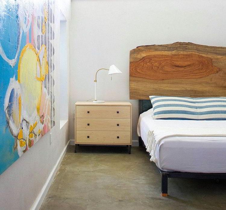 Cabeceira de madeira natural em quarto contemporâneo.