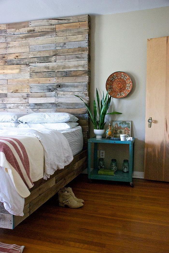 Cabeceira feita de paletes de madeira.