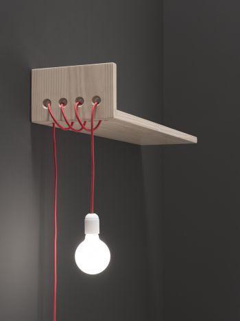 Luminária de madeira com prateleira.