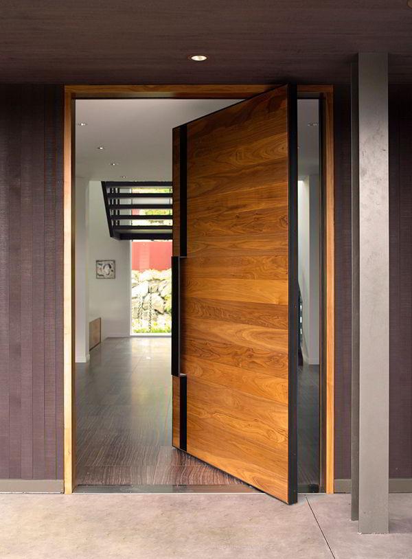 Porta de madeira pivotante com visual leve e moderno.