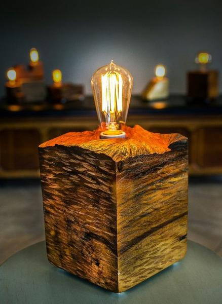 Luminária feita de madeira acácia maciça.