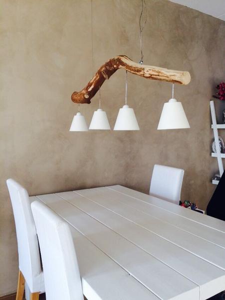 Luminária de teto rústica feita de galho de madeira.