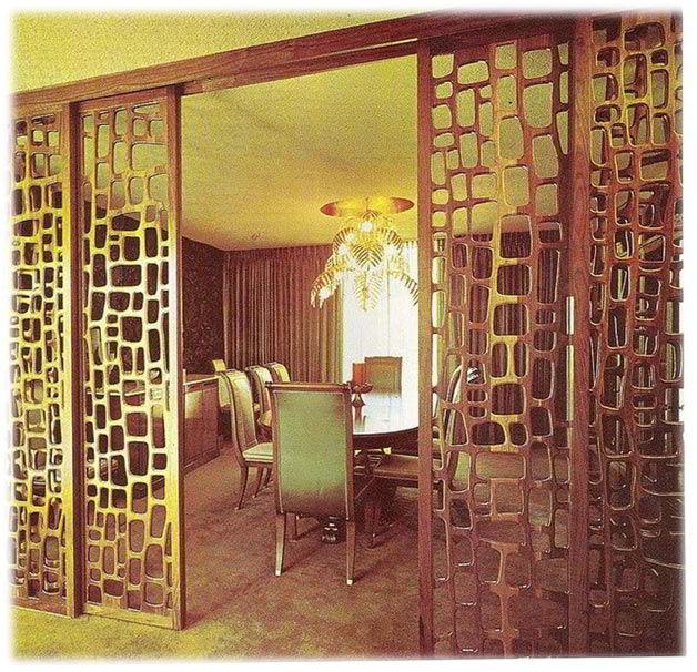 Uma porta de correr empregada como divisória de madeira.