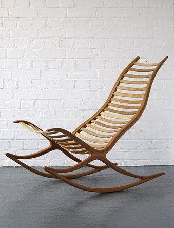 Cadeira de balanço em madeira carvalho com design artístico.