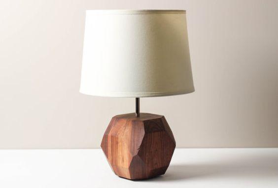Abajur sofisticado com base de madeira nogueira entalhada na forma de uma pedra preciosa.