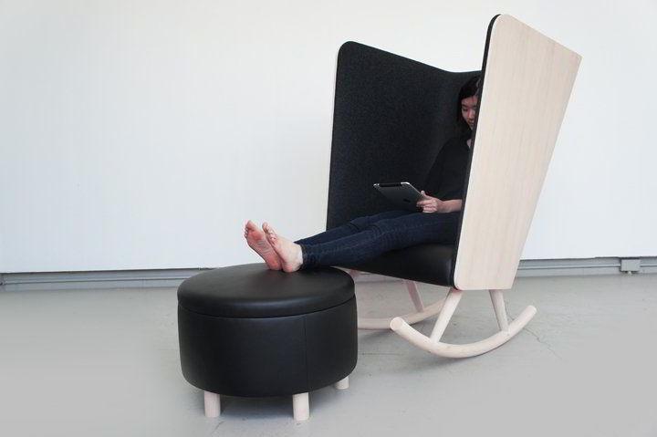 Cadeira de balanço com braços e costas grandes de madeira para quem quer privacidade.