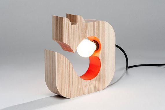 Luminária de madeira em formato de gato.