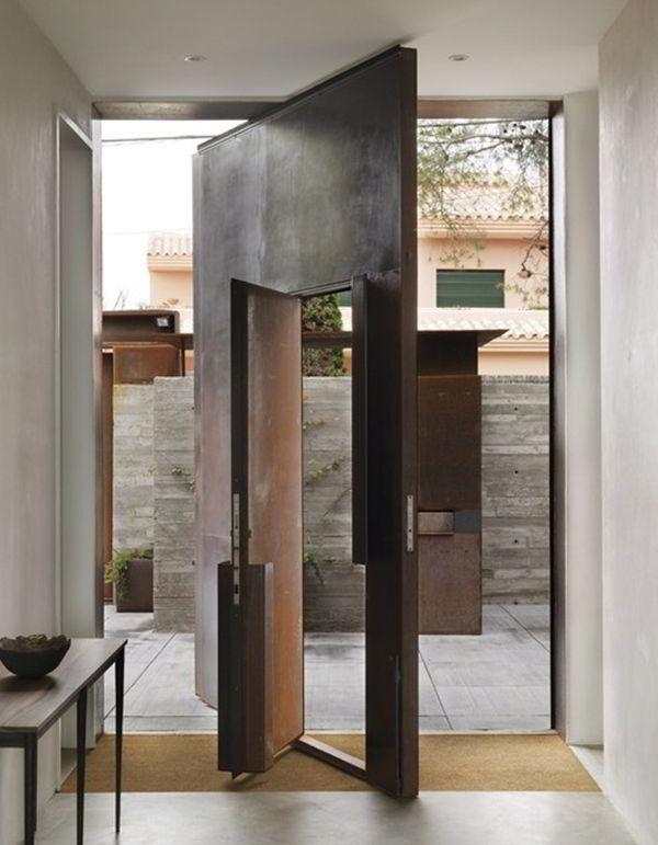 Porta pivotante de madeira com outra porta no mesmo design.