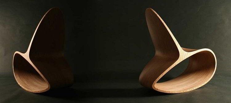 Cadeira de balanço esculpida em madeira, parecendo uma escultura.