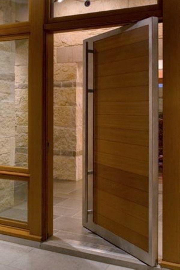 Porta de madeira pivotante com pouca abertura.