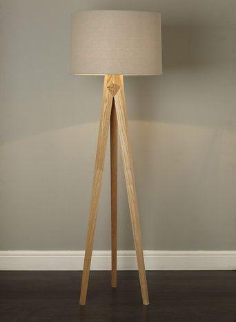 Luminária moderna com pés de madeira em formato de tripé.