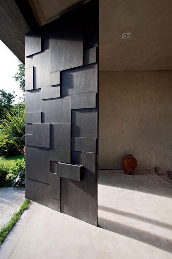 Porta pivotante feita com painéis de madeira.