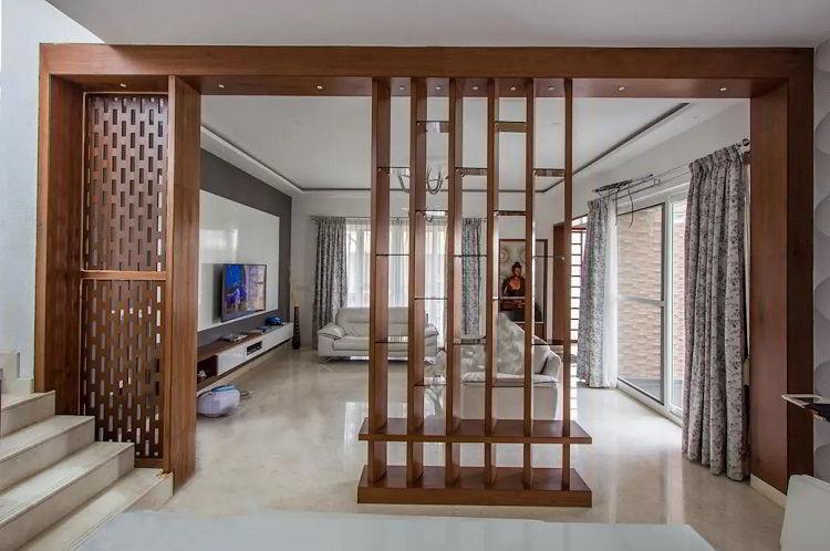 Linda e prática divisória de madeira castanha em sala sofisticada.