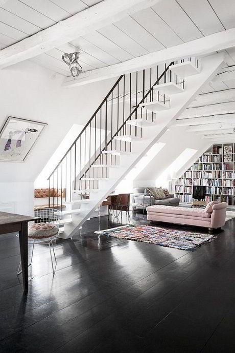 Belo contraste das paredes brancas com o piso de madeira escura.