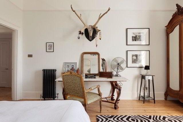 Madeira escura empregada em sala com diferentes estilos decorativos.