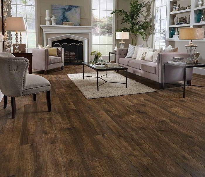 Piso de madeira escura combinando com objetos de diferentes texturas na sala de estar.