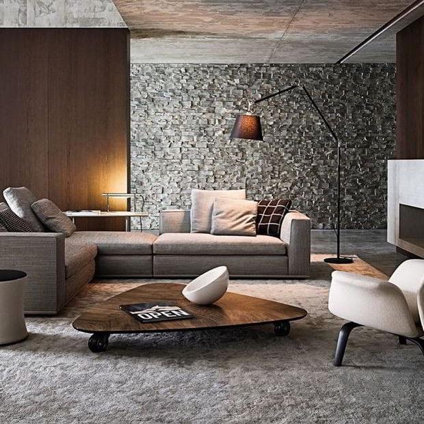 Mesa de centro de madeira combinando com a decoração da sala de estar moderna em tons prata e de madeira.