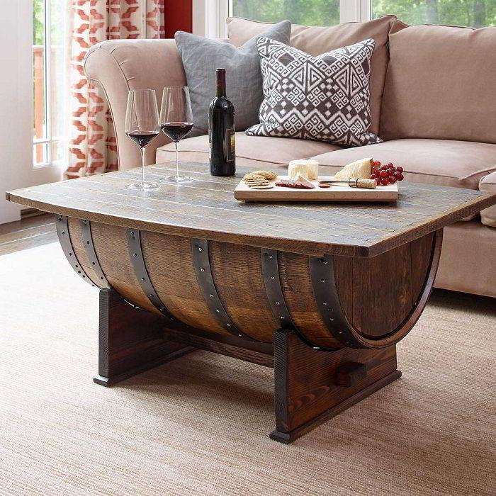 Mesa de centro feita a partir de um barril instalada numa sala de estar elegante.