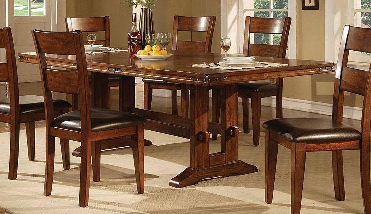 Mesa de jantar de madeira carvalho muito elegante.