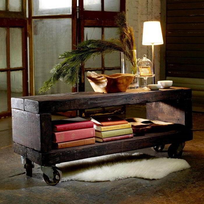 Mesa de centro feita de madeira de demolição escura.