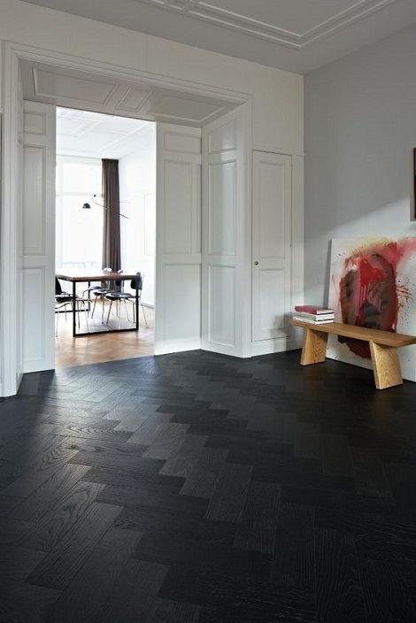 Piso de madeira preta com padrões texturizados.