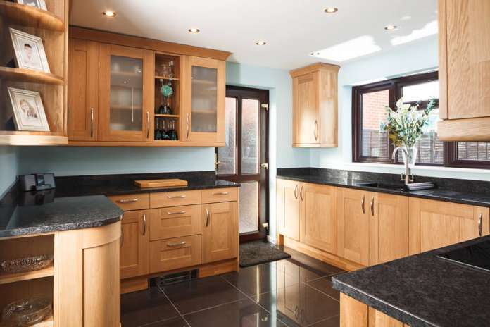 Armário de madeira carvalho claro para cozinha.