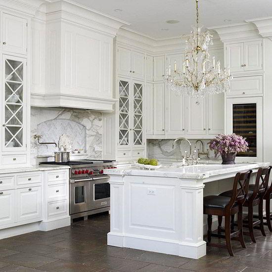 Cozinha clássica com armários de madeira branca.