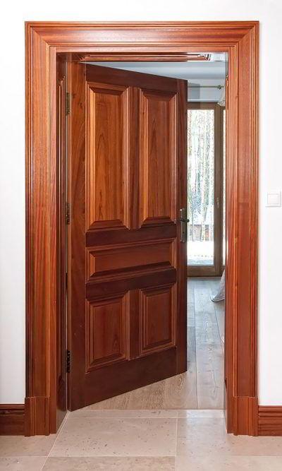 Tipo clássico de porta e batente de madeira.