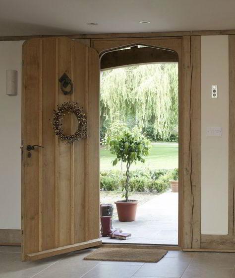 Porta e batente combinando feitos em madeira rústica estilo casa de fazenda.