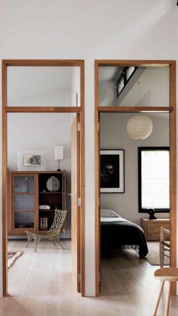 Batentes de madeira em dois quartos de pé direito alto.ç