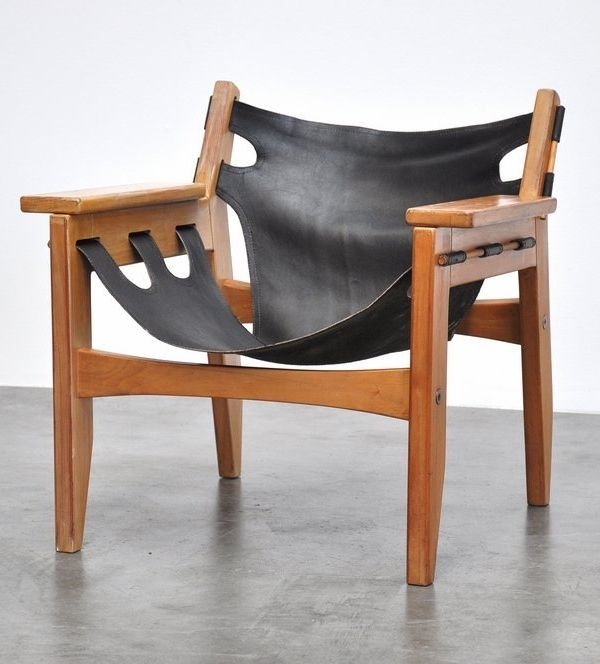 Cadeira de pinheiro-do-paraná com design descolado e assento e encosto de couro.