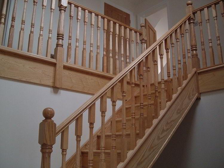 Belíssima escada de madeira pinho.