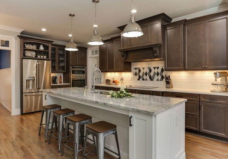 Cozinha com armários de madeira marrom numa mistura dos estilos contemporâneo e tradicional.