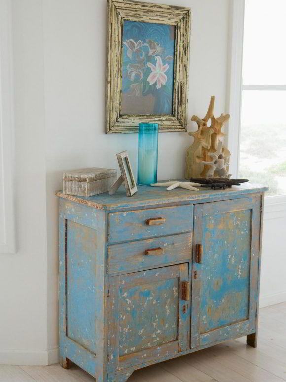 Móvel de madeira com tinta descascada, que precisa receber nova pintura.