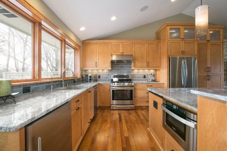 Cozinha com piso e móveis planejados de madeira cumaru.