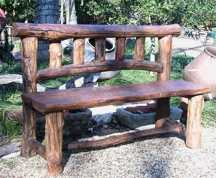 Os bancos de madeira rústicas garantem ainda mais um ar natural ao ambiente.