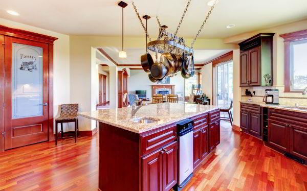 Uma das principais madeira para móveis, aqui o mogno foi utilizado em móveis planejados em cozinha.