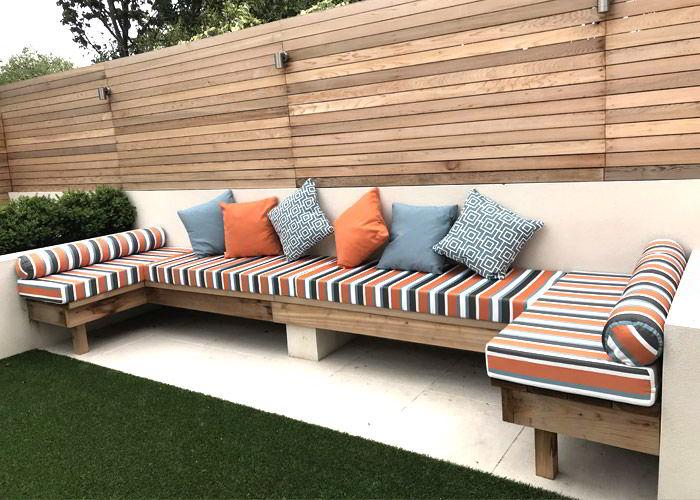 Bancos de madeira paara jardim com almofadas garantem um conforto extra.