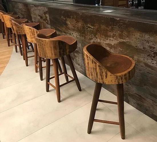 Bancos rústicos feitos de madeira itaúba.