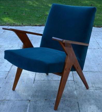 Cadeira azul com pés de madeira para móveis peroba rosa.