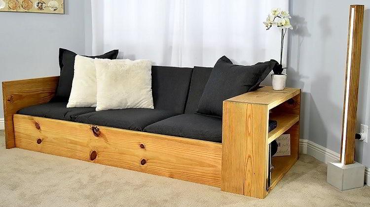 Sofá de madeira pinus, um tipo acessível e comum em móveis.