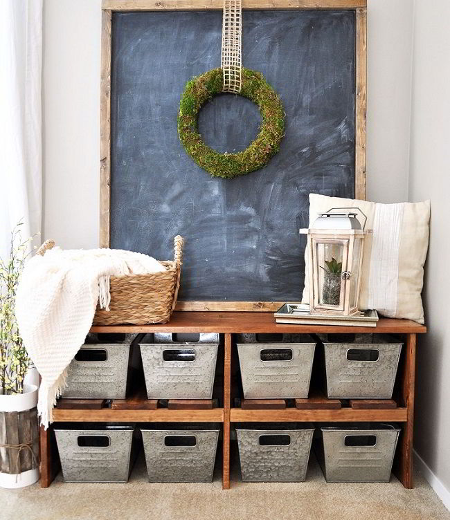 Entrada com armário de madeira e caixas de metal para armazenamento.