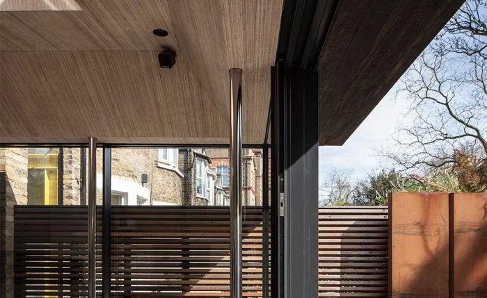 Metal e madeira aplicados em entrada/garagem de casa.
