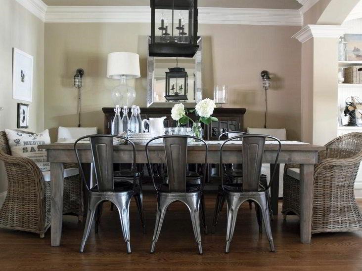 Cadeiras de metal e mesa de madeira numa bela combinação.