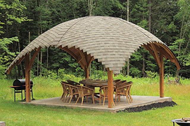 Gazebo de madeira em formato de ilha.