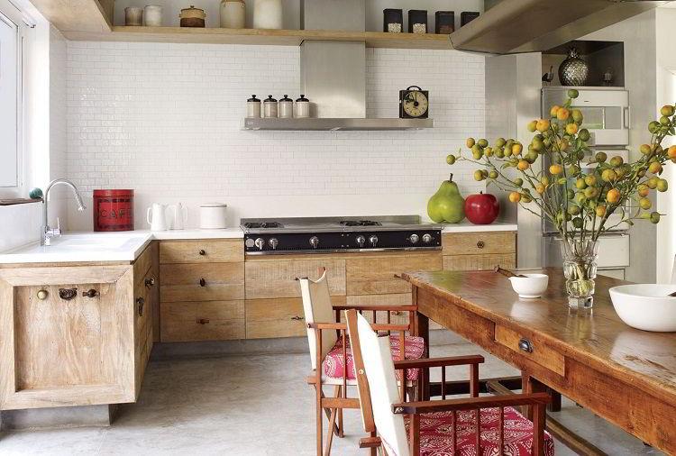 Cozinha de madeira com chão de concreto polido.