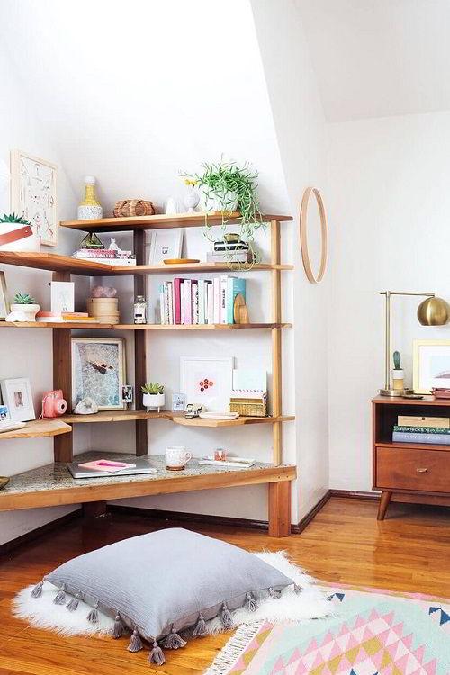 Quarto de madeira: prateleira planejada instalada numa parede com canto difícil de preencher.