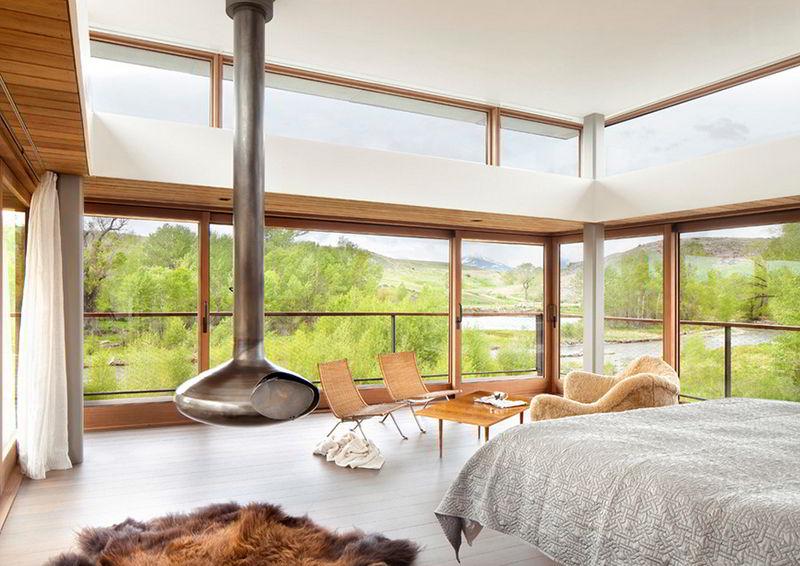 Quarto de madeira com uma ampla janela de madeira e vidro.