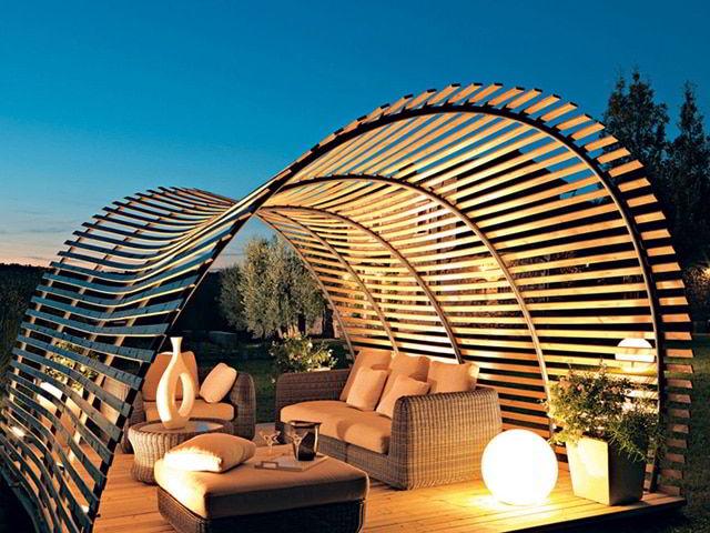 Estrutura que une elementos do pergolado e do gazebo de madeira.
